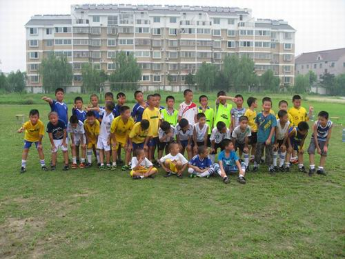 王店镇中心足球:a足球小学以球友生东华v足球小学图片