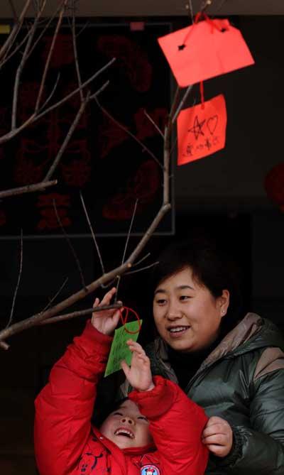 许愿树上挂祝福 幼儿园亲子迎春活动-新年-秀洲